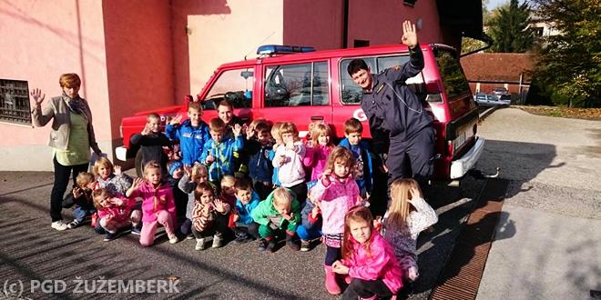 Prostovoljni gasilci in otroci iz Vrtca Žužemberk