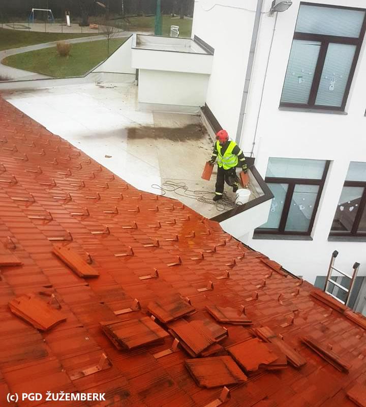 Neurje pustošilo po Sloveniji, december 2017 - prizadeto tudi območje Suhe krajine - Gasilec na strehi